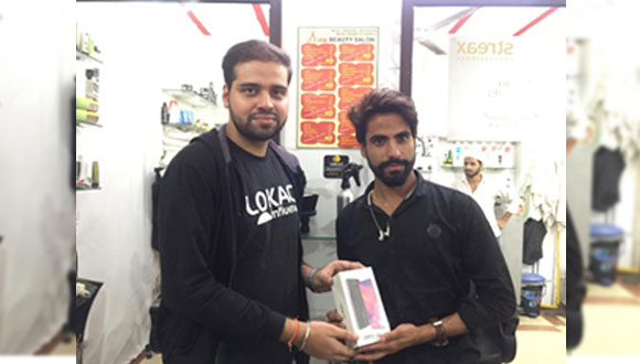 Shahzad from LOKACI A-One Salon wins OPPO A5